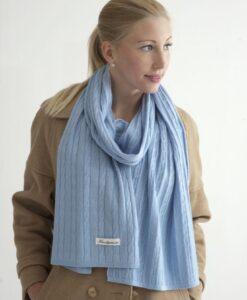 Ljusblå kabelstickad halsduk i silke och kashmir