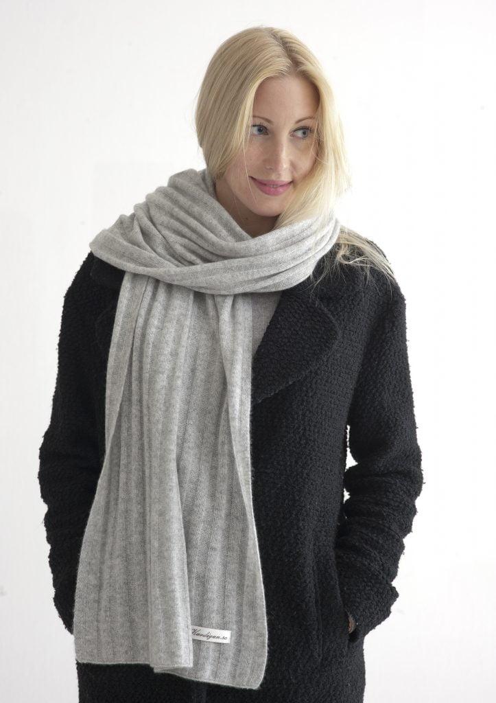Ljusgrå ribbstickad halsduk i 100% kashmir