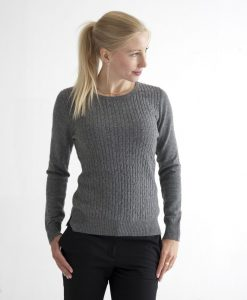 Mörkt grå pullover med kabelstickning fram i 100% kashmir