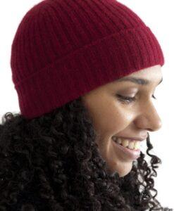 Röd ribbstickad mössa i ull och kashmir