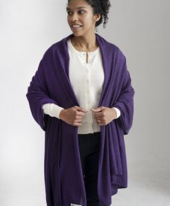 Fin lila sjal av silke och kashmir, visas här tillsammans med en fin vit kofta av cashmere.