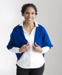 Poncho i 100% cashmere , fungerar också som bolero , halsduk och huvudduk / mössa.