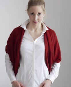 Röd poncho i 100% cashmere här som poncho, kan även användas som, mössa /huvudduk, halsduk och bolero.