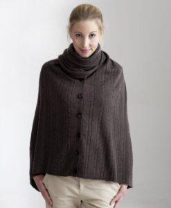 Brun kabelstickad poncho med knappar i silke och kashmir
