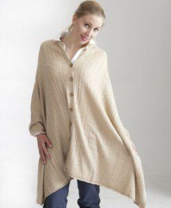 Ljust beige kabelstickad poncho med knappar i silke och kashmir