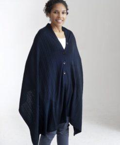 Mörkt blå kabelstickad poncho med knappar i silke och kashmir b8d4faf12e3ce