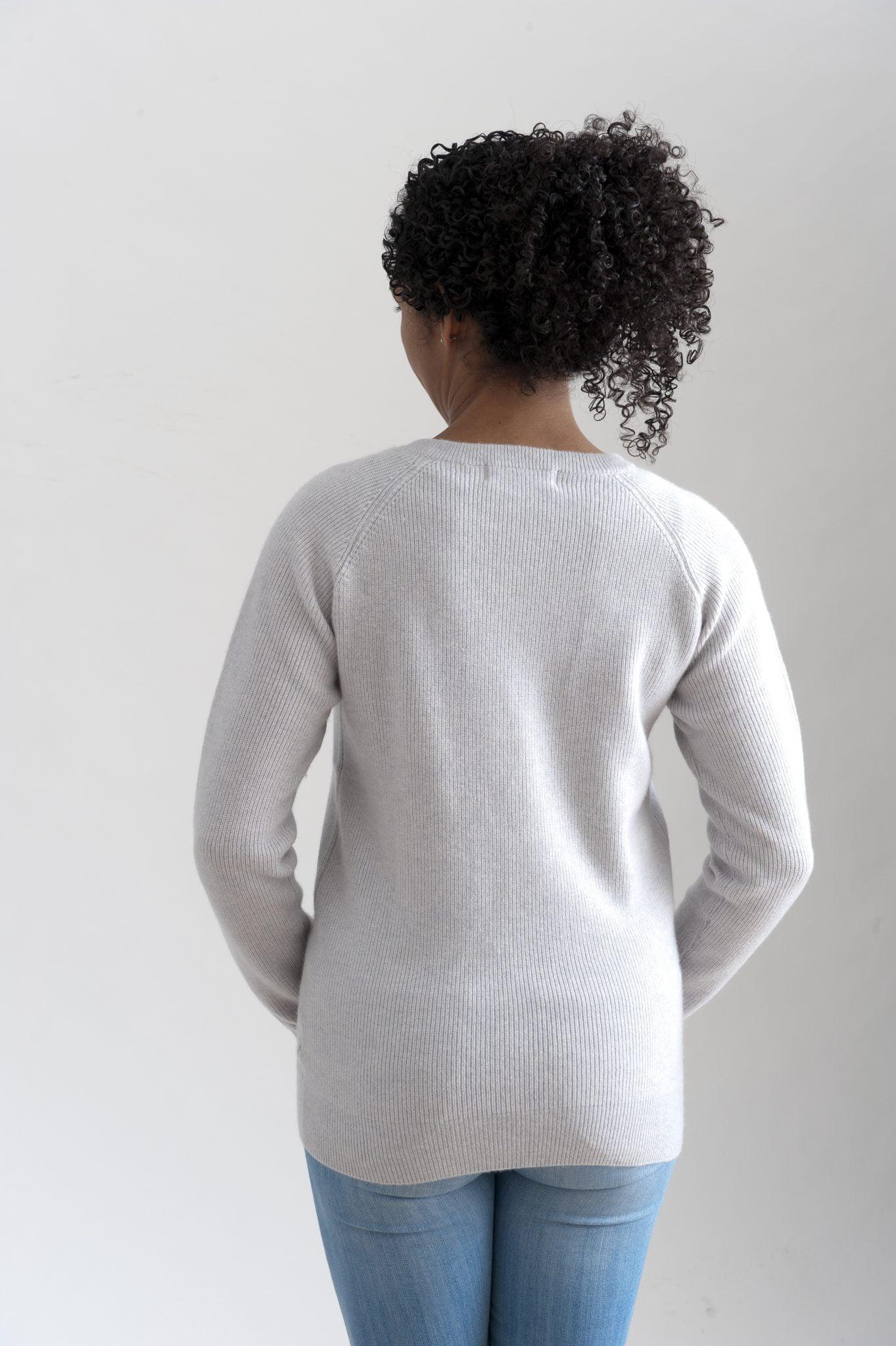 Ribbstickad sweater i 100% kashmir med raglanärm ljusgrå