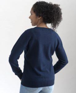 Marinblå rundhalsad sweater i 100% kashmir. Ett prisvärt basplagg för garderoben.