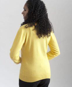 Gul rundhalsad sweater i 100% kashmir. Ett prisvärt basplagg för garderoben.