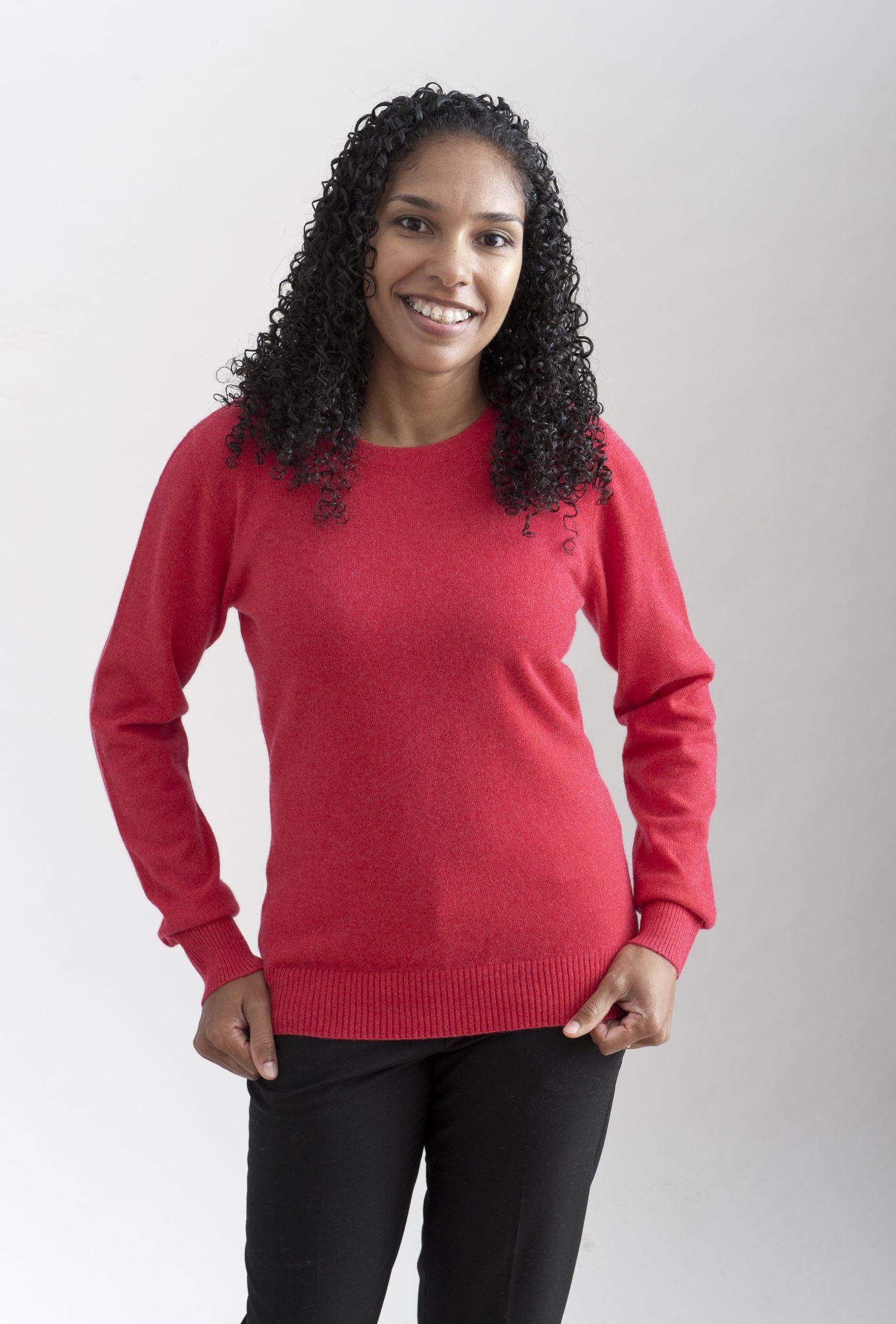 Rosaröd rundhalsad sweater i 100% kashmir. Ett prisvärt basplagg för garderoben.