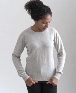 Grå rundhalsad sweater i 100% kashmir. Ett prisvärt basplagg för garderoben.