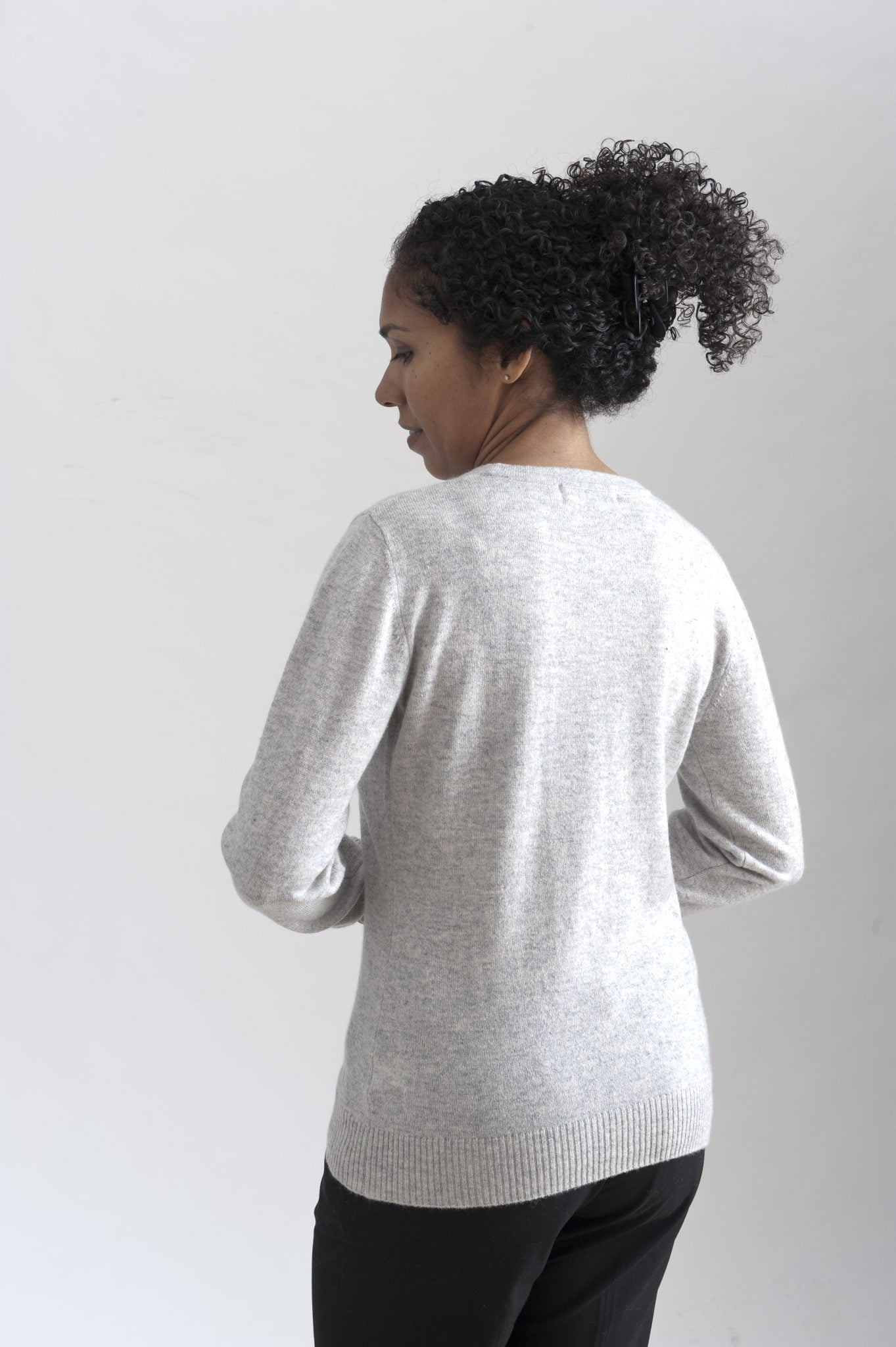Grå rundhalsad sweater i 100% kashmir. Ett prisvärt basplagg för garderoben