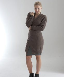 Lång öppen ribbstickad damkofta i 100% kashmir med fickor. Mörk beige Lång cardigan för damer, stickad i 100% cashmere. Mullvad