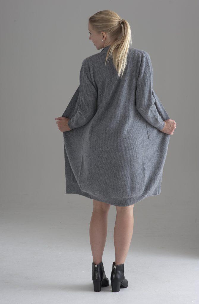 Lång cardigan för damer, stickad i 100% cashmere. Ljusgrå