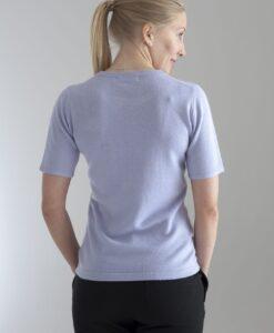 Rundhalsad tröja med kort ärm stickad i en blandning av silke och kashmir. Ljust lila