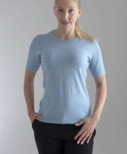 Rundhalsad tröja med kort ärm stickad i en blandning av silke och kashmir. Himmelsblå