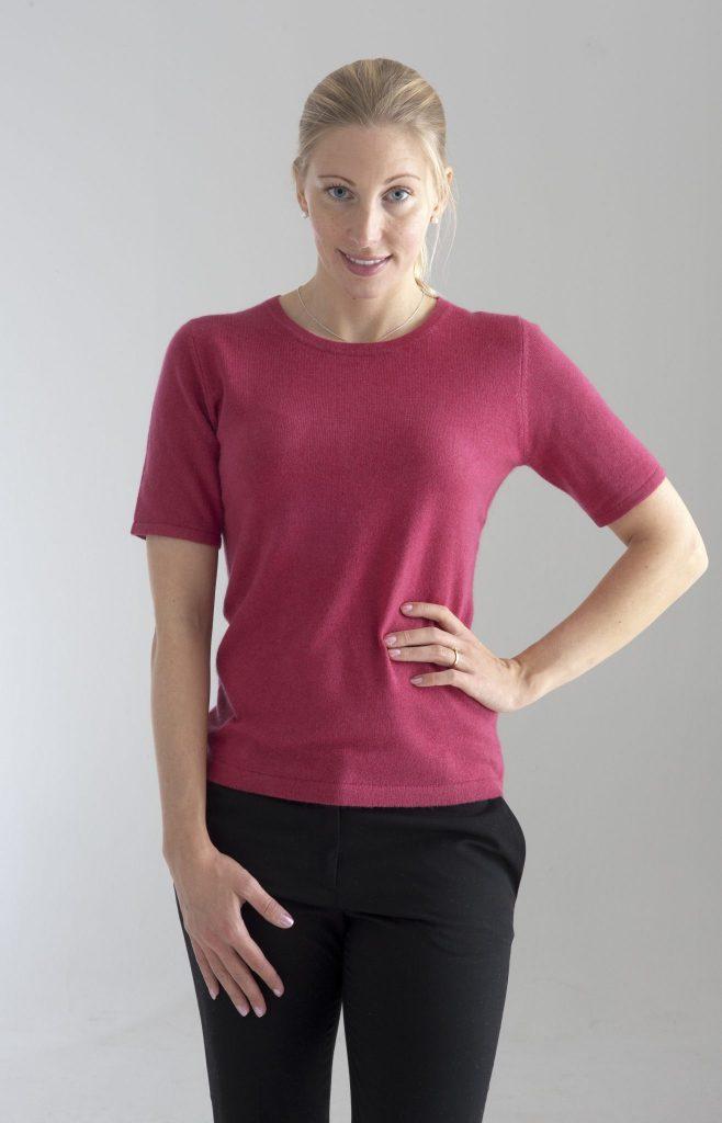 Rundhalsad tröja med kort ärm stickad i en blandning av silke och kashmir. Cerise