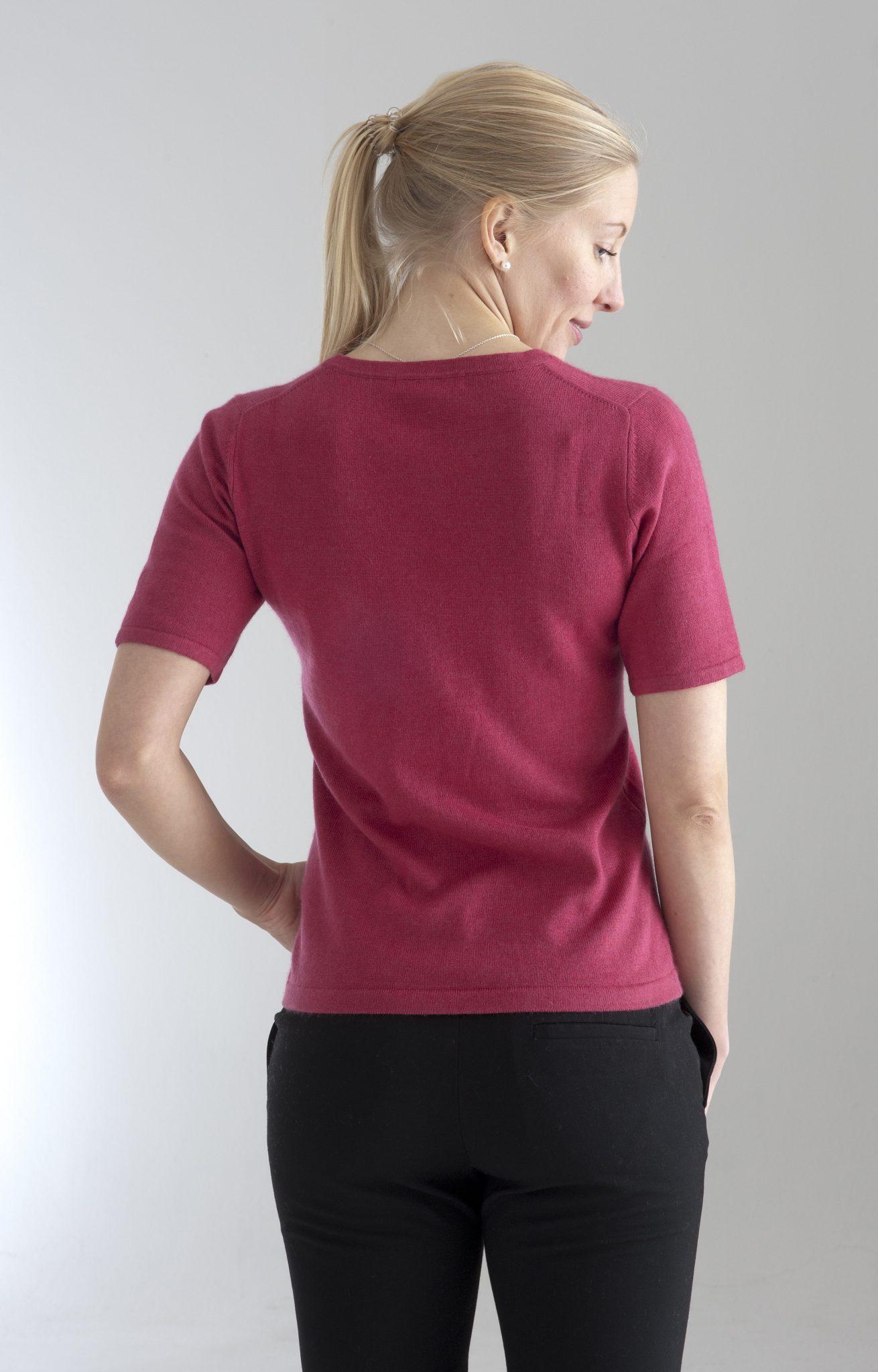 Rundhalsad tröja med kort ärm stickad i en blandning av silke och kashmir. hallon färgad