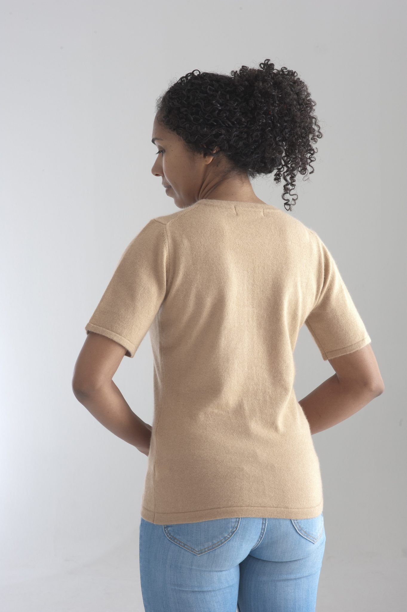 Rundhalsad tröja med kort ärm stickad i en blandning av silke och kashmir. Sand färgad