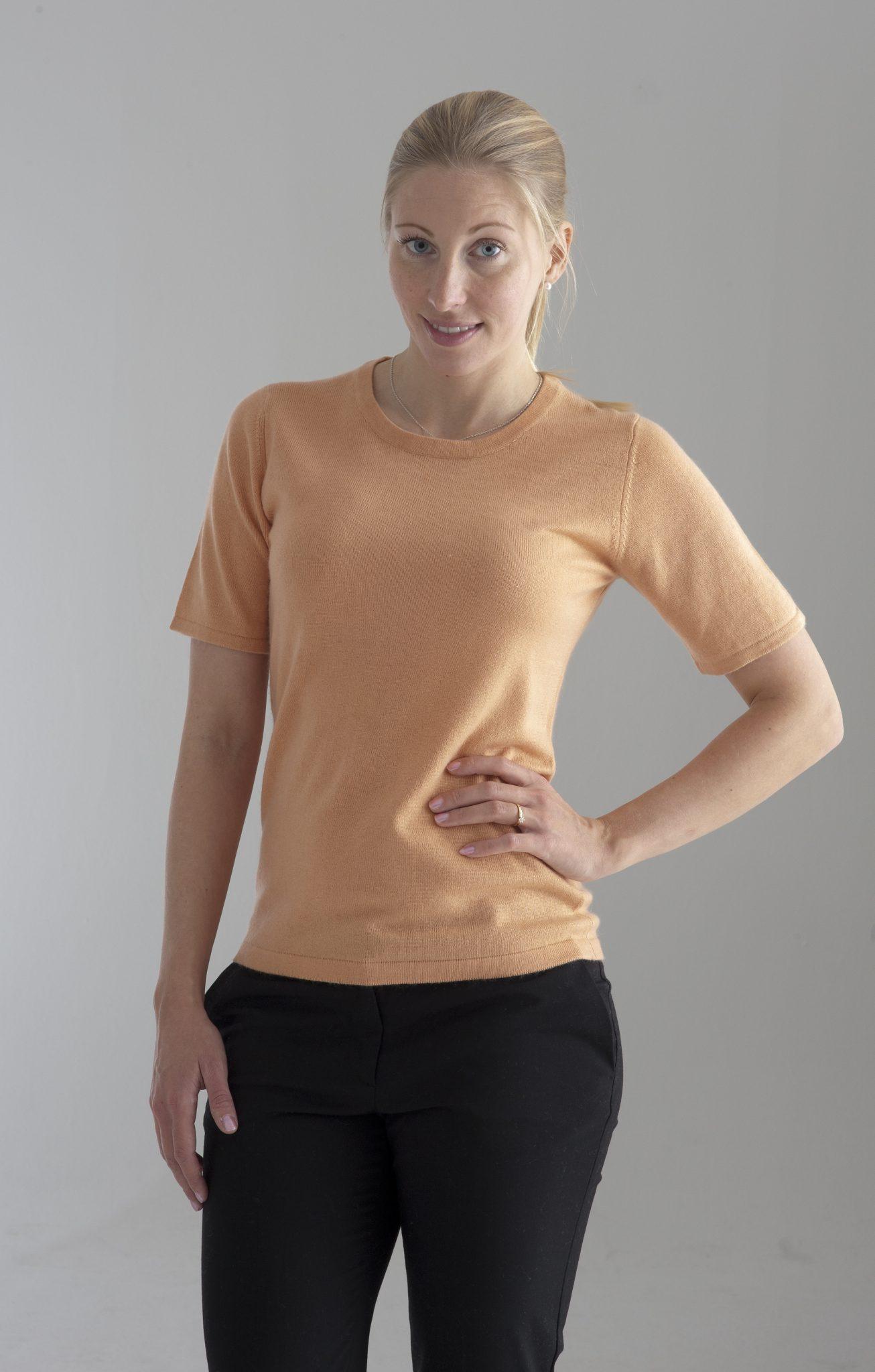 Rundhalsad tröja med kort ärm stickad i en blandning av silke och kashmir. ljust orange