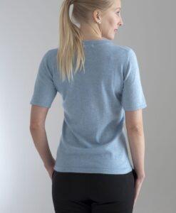 Rundhalsad tröja med kort ärm stickad i en blandning av silke och kashmir. Blå