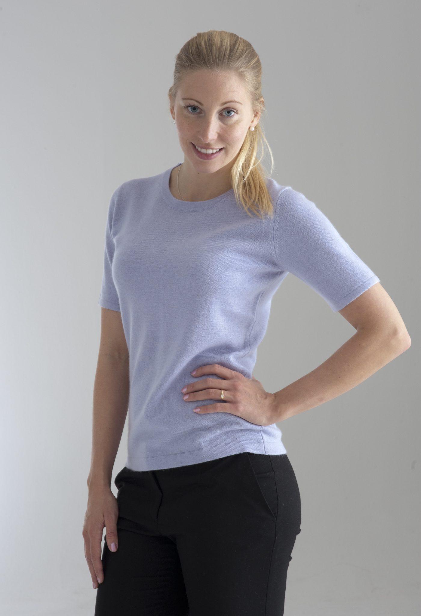 Rundhalsad tröja med kort ärm stickad i en blandning av silke och kashmir. Ljuslila